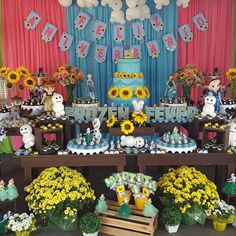 Festa de aniversário - Tema: Frozen Fever - foto da mesa do bolo e doces #bendittosdoces #docespersonalizados #frozenfever