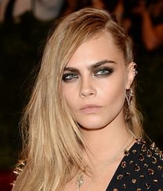 Cara Delevingne Met Gala 2013 10 celebs who pulled off the Met Balls punk theme—and brought us some fresh new beauty inspiration! Rock Hairstyles, Celebrity Hairstyles, Short Curly Hair, Short Hair Styles, Cara Delevingne Hair, Punk Rock Hair, Celebrity Beauty, How To Make Hair, Beauty Secrets