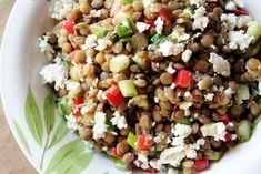 Lintea se pune la fiert intr-o oala cu apa care o acopera cu vreo 2-3 cm, cu foaia de dafin si putina sare si piper. Se fierbe aprox 1 ora, mestecandu-se din cand in cand pana cand lintea este patrunsa, dar isi mentine forma. Se strecoara si se lasa sa... Fried Rice, Cobb Salad, Salad Recipes, Fries, Ethnic Recipes, Feta, Nasi Goreng, Stir Fry Rice