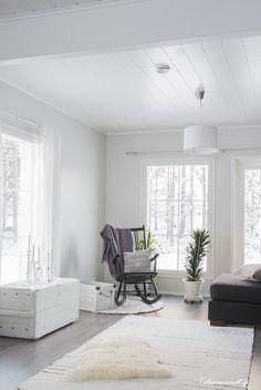 Just looooove rocking chairs! White Farmhouse, Little White, White Decor, My Dream Home, Shag Rug, Interior Design, Rocking Chairs, Furnitures, Finland