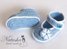 Crochet beautiful and delicate blue booties for a baby. Free and simple patterns to crochet blue booties for a small kid Crochet Baby Boots Pattern, Crochet Jacket, Crochet Baby Booties, Crochet Slippers, Pinterest Crochet, Baby Pink Dresses, Baby Pullover, Shoes World, Rugs