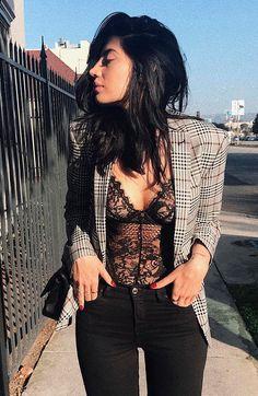 Julia Levestein usa calça skinny preta com body de renda e blazer xadrez