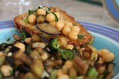 Insalata fredda con melanzane e ceci condite con erbe aromatiche e aglio fresco creano un sapore impagabile. Una ricetta estiva leggera