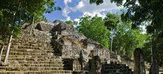 Calakmul se encuentra a unos 310kms al sur de la ciudad de Campeche y si espacio se distribuye a través de 5 grandes complejos en torno a su Gran Plaza Central.