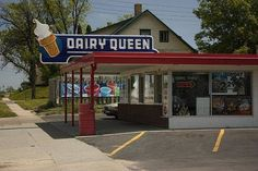Dairy Queen - I remember fun trips here when we visited Canada. Vintage Ads, Vintage Photos, Vintage Stuff, Vintage Items, Vintage Restaurant, Dairy Queen, My Childhood Memories, Family Memories, Sweet Memories