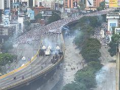 Gente gente gente y más gente. . La represión de la dictadura hoy en la autopista fue desbordada. A esta hora 3:45 pm tenemos confirmados dos asesinados en manifestaciones: Uno en Caracas y uno en Táchira. . Por cada caído debemos seguir luchando para que se haga justicia y para que nunca más haya una dictadura en Venezuela. . Hoy demostramos que somos más fuertes que ellos. A esta hora siguen las protestas. Puede que estas sean las últimas horas que nos queden para definir si seguimos…