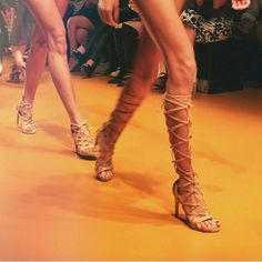 {SPFW Ver / 15} Achei linda essa gladiadora da @vicenza_ no desfile da @aguadecocobr!   {SPFW Ver / 15} I loved this heels from @vicenza_ for @aguadecocobr. You have to check on @aguadecocobr the brazilian bikinis!   www.charmecharmosa.com  #blogcharmecharmosa #blogger #blog #beauty #beaute #beleza #aguadecoco #vicenza #shoes #SPFWVERÃO2016 #SPFW #instafashion #catwalk #spfw