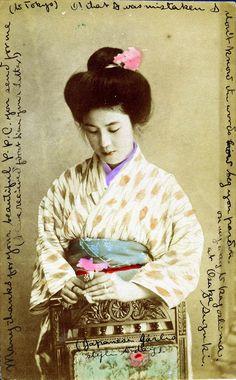 """A palavra geisha significa literalmente """"pessoa da arte, artista"""", e ela foi originalmente usada para designar comediantes e músicos que se apresentavam em banquetes e festas particulares no século XVII. Assim, as primeiras gueixas não foram mulheres, mas homens. Como os palcos estavam proibidos às mulheres, as festas privadas tornaram-se os únicos lugares onde as mulheres podiam tocar música, dançar e cantar."""