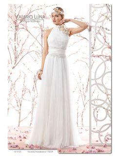 Este romántico y original vestido de novia está elaborado en tul de plumeti. #Entrebastidores