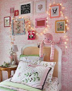 No quarto do bebê: Pense em suavidade: Luminárias com revestimentos ou lâmpadas leitosas, luz indireta e até proteção contra a luz forte do sol (se houver) com cortinas. Um abajur ou...
