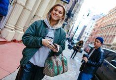 I love this fun street style look! A trendy bomber jacket with a casual jumper and an iconic Gucci barrel bag | Adoro questo look divertente di street style! Una giacca bomber di tendenza con un maglione casual e una borsa iconica: la Gucci barrel