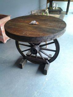 Mesa com cinco cadeiras com pé de roda de carroça                                                                                                                                                                                 Mais