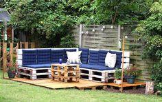 Un ricón con sillones y mesas de palets