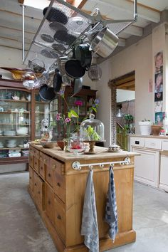 An eclectic house for a big family Barn Kitchen, Kitchen Pantry, New Kitchen, Vintage Kitchen, Kitchen Dining, Kitchen Decor, Freestanding Kitchen, Gravity Home, Handmade Kitchens