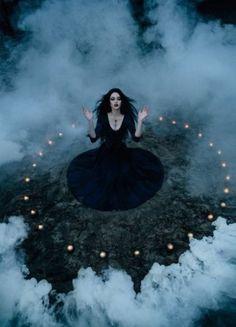 Una bruja que convence a Lairila para que abandone su reino y así intentar que haya una guerra contra los humanos para convertirse ella en la reina