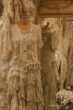 Love, these old vintage dresses, blouses and lingere! Magnolia Pearl Never get tired of pinning this! Look Vintage, Vintage Shabby Chic, Vintage Lace, Vintage Room, Ropa Shabby Chic, Shabby Style, Vintage Outfits, Vintage Dresses, Lace Dresses