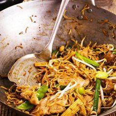 Συνταγή για νουντλς με χοιρινό σοτέ, λαχανικά και σάλτσα σόγια-μέλι από τον Γιάννη Λουκάκο! Φτιάξτε τα αγαπημένα σας κινέζικα ζυμαρικά με τρυφερό χοιρινό!