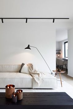 Discover more interior design and home decor inspiration on www.holytrinity-l. - Discover more interior design and home decor inspiration on www.holytrinity-l…. Interior Minimalista, Interior Design Minimalist, Home Interior Design, Interior Modern, Interior Plants, Minimalist Decor, Interior Ideas, Modern Japanese Interior, Minimalist Sofa