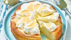 Dieser schnelle Eierlikör-Käsekuchen ohne Boden ist im Nu zubereitet und wird Ihre Gäste vom Hocker hauen. Einfach alle Zutaten zusammenmischen und in eine Springform geben – fertig ist ein köstlicher Kuchen – nicht nur zu Ostern!