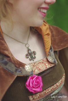 """Collier """"Fleur de Lys"""" et broche """"Rose""""  Robe par Madjeester, Coiffure par Sophie Charles HMUA, Photo par Capt'emotion. Modèle, Laetitia."""