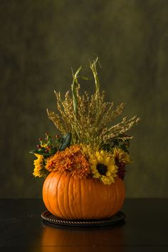Your Thanksgiving Day will not feel complete without some Thanksgiving table centerpiece decorations. Then, where can you find the table centerpieces? Diy Thanksgiving Centerpieces, Thanksgiving Flowers, Pumpkin Centerpieces, Centerpiece Decorations, Table Centerpieces, Thanksgiving Ideas, Decorating For Thanksgiving, Fall Decorating, Thanksgiving Banner