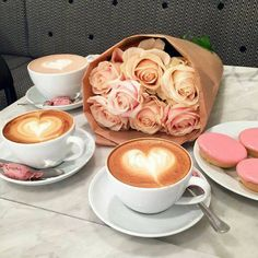 Cappuccinos with roses and pink frosted treats Mousse, Sorbets, Coffee Pictures, Mets, Coffee Cafe, Peanut Butter, Tea Cups, Food And Drink, Breakfast