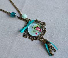 Sautoir rétro en métal bronze avec médaillon bouquet de fleur : Collier par bohemiasroad