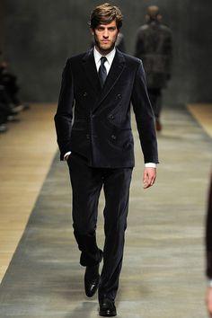 Hermès Fall Winter 2012 - The double-breasted suit returns Burberry Men, Gucci Men, Mens Wardrobe Essentials, Madrid, Hermes Men, Vogue Mexico, Black Tie Affair, Lakme Fashion Week, Mens Suits