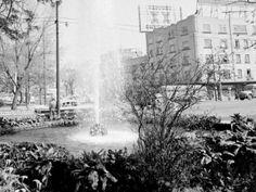 """El cruce de las avenidas Sonora y Nuevo León, en la colonia Hipódromo, visto desde el Parque España en la década de los sesenta. El edificio de la esquina aún existe, y se pueden ver dos autobuses y un taxi """"cocodrilo"""". Fotografía de Frank Scherschel en """"The great cities: México City"""""""