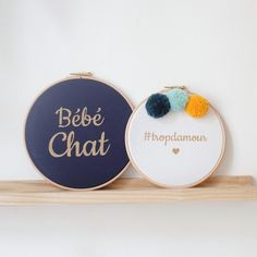 Cadre tambour Silly & Billy - Cadre Bébé Chat bleu navy et doré - Cadre #tropdamour - Décoration murale - Décoration chambre d'enfant - Kids - Kid's room decor - Bébé chat - Navy and Gold - Wall decoration - Handmade - Made in France Gold Wall, Tambour, Punch Needle, Easy Diy, Couture, Sewing, Frame, Inspiration, Rag Dolls