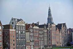 Amsterdam ist vielseitig. Historische Gebäude reihen sich an moderne Shops und bei einer Grachtenfahrt fühlt man sich an Venedig erinnert.