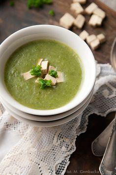 Krem z jarmużu, to idealna zupa, gdy na dworze tęga zima, a my chcemy się rozgrzać i zjeść coś pysznego, szybkiego i nieskomplikowanego.