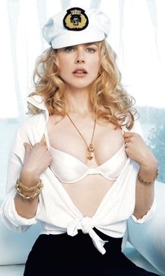 Nicole Kidman showing off her brassiere covered cleavage