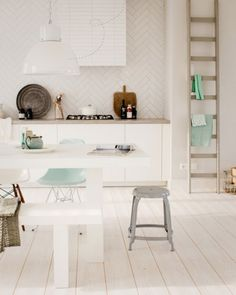 White kitchen with mint accents Interior Design Kitchen, Home Design, Kitchen Decor, Nice Kitchen, Kitchen White, Kitchen Ideas, Scandi Living, Home And Living, Living Room