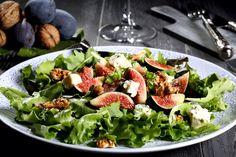 Γευστική σαλάτα με βινεγκρέτ μυρωδικών και Χωριό μυρωδάτο λευκό τυρί. Ως ορεκτικό ή και ως κυρίως πιάτο, θα σας μείνει αξέχαστη!