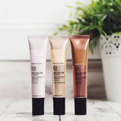 Our Instaglow CC Cream SPF 20 PA+++ goes beyond a CC cream, it will revive your skin with a healthy-looking glow. This multi-tasking formula illuminates, minimises the appearance of pores, reduces shine and moisturises for 24H – making it a great pre-foundation primer. Non comedogenic and dermatologically tested it's suitable for all skin types.