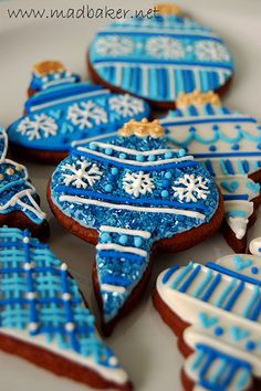 gorgeous deep blue icing on Christmas gingerbread cookies... maybe i'll actually decorate my cookies this year, before inhaling them.