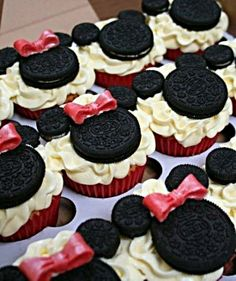 Minnie mouse cupcake toppers! so cute...what a cute way to let the kids know we are going to disney world...when we go
