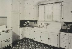 16 vintage Kohler kitchens - and an important kitchen sink still offered today - Retro Renovation A photographic history of Kohler kitchen sinks from the to and an important metal rimmed kitchen stink still available to purchase from today. Bungalow Kitchen, Craftsman Kitchen, Sears Craftsman, Bungalow Decor, Bungalow Homes, Condo Kitchen, Craftsman Style, 1930s Kitchen, Vintage Kitchen