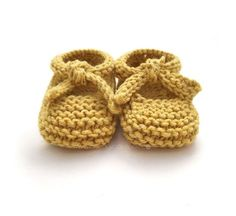 Aren't these Knitted Baby Ballerina Shoes just adorable? You'll enjoy working on this easy knitting pattern for any upcoming baby showers! Knit Baby Shoes, Baby Shoes Pattern, Knit Baby Booties, Shoe Pattern, Crochet Shoes, Baby Boots, Baby Knitting Patterns, Baby Sweater Patterns, Knitting For Kids