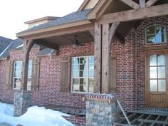 40 Ideas, Formulas and Shortcuts for Exterior House Colors with Brick Red Shutters - neweradecor Red Shutters, House Shutters, Indoor Shutters, Exterior Stain, Exterior House Colors, Exterior Shutters, Brown Brick Houses, Red Brick Exteriors, Cedar Posts