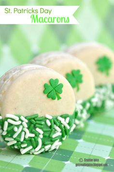 {SHAMROCK MACARONS} for st patricks day. I'm even thinking this would be cute with white chocolate dipped Oreos. Macarons, Holiday Treats, Holiday Recipes, St Patricks Day Food, Saint Patricks, Chocolate Dipped Oreos, White Chocolate, Melted Chocolate, Irish Recipes