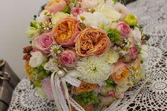 Vintage svadobná kytica z anglických ruží a pivoniek s čipkou