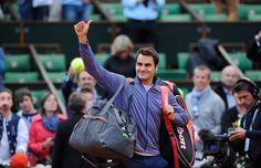 Roger Federer remercie le public du court Philippe-Chatrier après sa victoire devant Gilles Simon.