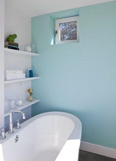 badezimmer wandfarbe baby blau aqua badewanne regale
