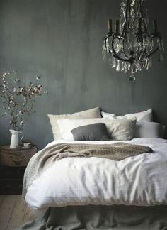 Een landelijk maar ook ooh zo romantische slaapkamer. De kroonluchter maakt het helemaal af. Daarnaast geeft de kalkverf een mooi oud effect.