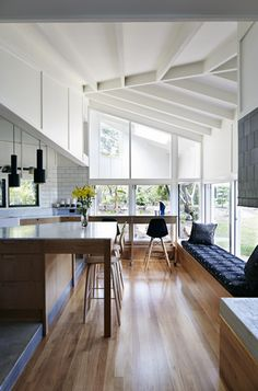 The architects of this modern kitchen addition outside Brisbane used blackbutt wood for the flooring, which contrasts the white Carrara marble-topped island. Courtesy of Alicia Taylor. This originally appeared in Small Kitchen Extension in Australia. Home Interior, Kitchen Interior, Interior Design, Modern Interior, Modern Decor, Timber House, Alvar Aalto, Cuisines Design, Home And Deco