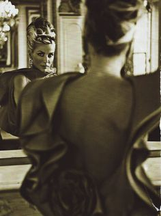 """""""The Honourable Daphne Suzannah Diana Joan Guinness"""" looking at Daphne Guinness in the mirror Daphne Guinness, News Fashion, World Of Fashion, Diana Mitford, Structured Fashion, Valentino, Dior, Vogue, Beautiful Inside And Out"""
