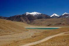 India, Ladakh. Turquoise himalayan lake on the way to Tso Moriri.  #Leh #Ladakh #India #Travel #photography