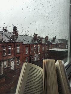 Cozy Aesthetic, Autumn Aesthetic, Aesthetic Photo, Aesthetic Pictures, Images Esthétiques, Sound Of Rain, Rain Sounds, Jolie Photo, Book Photography